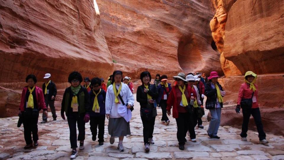 2.8 مليون زائر للأردن يرفعون الدخل السياحي 14% بـ7 أشهر
