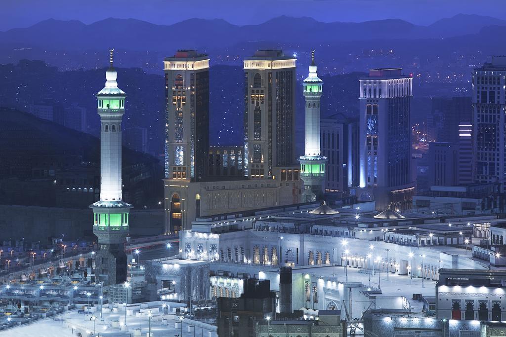 عمرة رجب برنامج ال15 يوم فندق هيلتون مؤتمرات7 ليالي  بالافطار/ فندق الايمان طيبه بالمدينه 7 ليالي  .